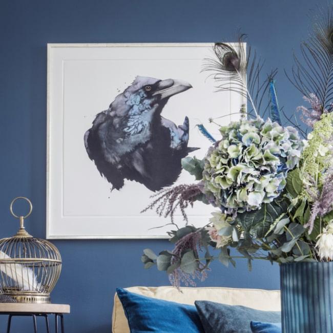 Klicka på plustecknet i bilden för att handla effektfulla litografin Korp av konstnären Karl Mårtens. Välkommen till LEVA&BO Shopping!