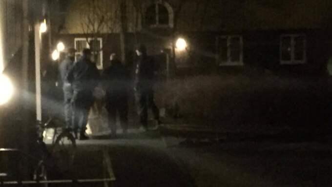 På en innergård i närheten av brottsplatsen hittade polisen något som de tog med sig. Foto: Andreas Andersson