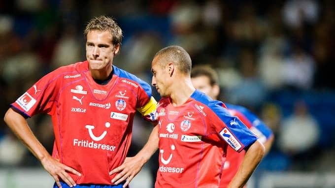 Andreas Granqvist i samråd med Henrik Larsson. De båda spelade i klubben 2006. Foto: LENNART MÅNSSON / © BILDBYRÅN
