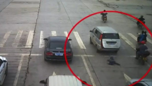Mardrömmen: Barnet ramlar ur bilen