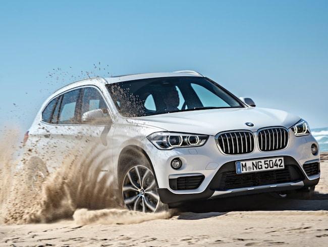 BMW kör fast och blir omkörda av Audi och Mercedes.