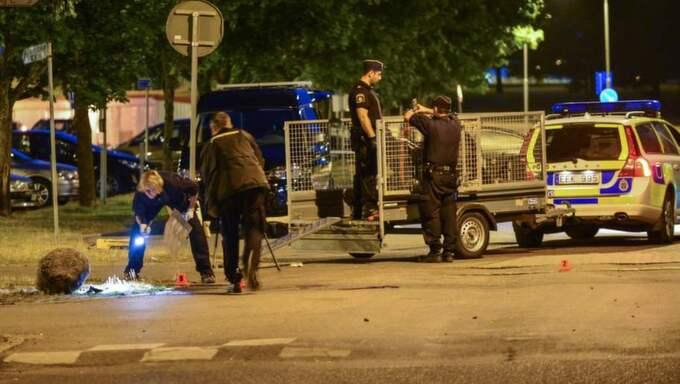 En man sköts till döds och en skottskadad på en skolgård i Linköping natten mot tisdag. Foto: Niklas Luks