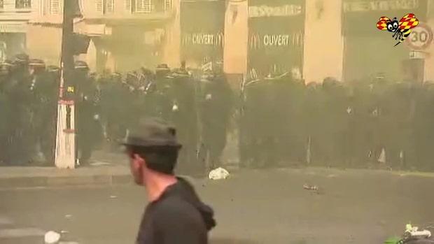 Gula västarna i protest mot Notre-Dame-uppbyggnaden