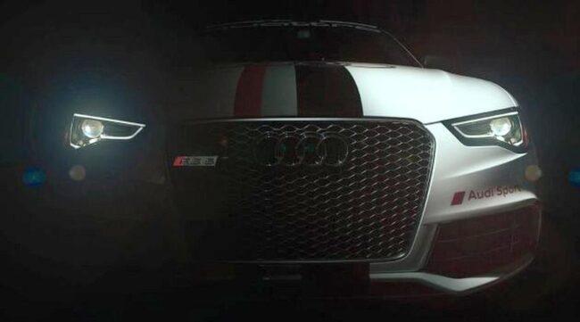KNYTER AN TILL HISTORIEN. Audis tävlingsbil i Pikes Peak har lackats med den klassiska Audi Sport-stripen i rött, grått och svart som går längs bilens mitt.