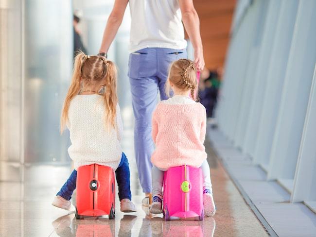 Advokaten David Connor går ut med en varning till föräldrar som reser med barn med annat efternamn än dem själva.