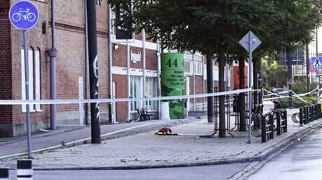 Här på trottoaren vid Ystadsvägen i Malmö ska en man ha blivit slagen. Senare på morgonen kom två män in i en festlokal och sköt minst fem skott med pistol. Foto: JOHAN NILSSON/TT / TT NYHETSBYRÅN