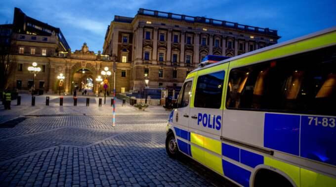 Enligt uppgift är bevakningen intensiv runt riksdagen och regeringskvarteren i Rosenbad förutom ett antal andra platser i Stockholm. Foto: Alex Ljungdahl