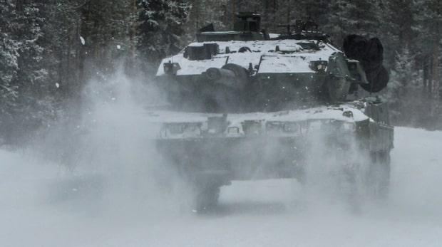 """Stridsvagn genom isen: """"Räddningsarbetet pågår just nu"""""""