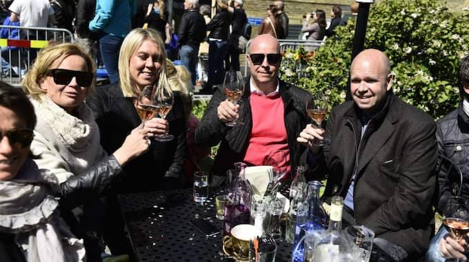 Lasse Kronér på plats bredvid varvet med sina vänner. Foto: Robin Aron