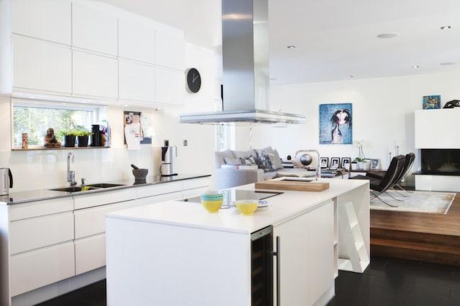 <strong>Öppen planlösning.</strong> Izabelle är supenöjd med köket. Golvet i granit är kanske inte det mest praktiska, men snyggt.<br>