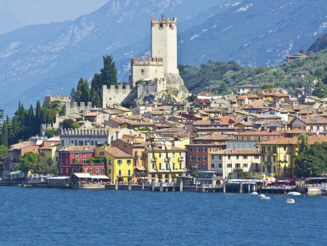 Staden Malcesine med slottet Castello Scaligero. Härifrån kan man ta kabinbanan upp på berget Monte Baldo där det finns olika vandringsleder.