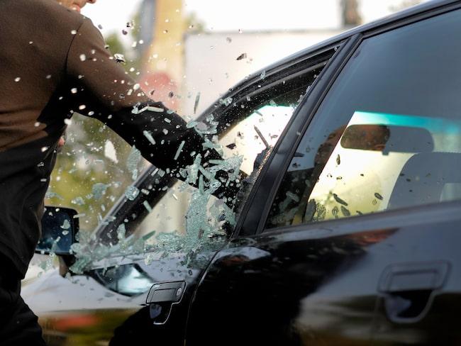 Personer vid bilen valde att krossa fönsterrutan innan räddningstjänsten kom dit.