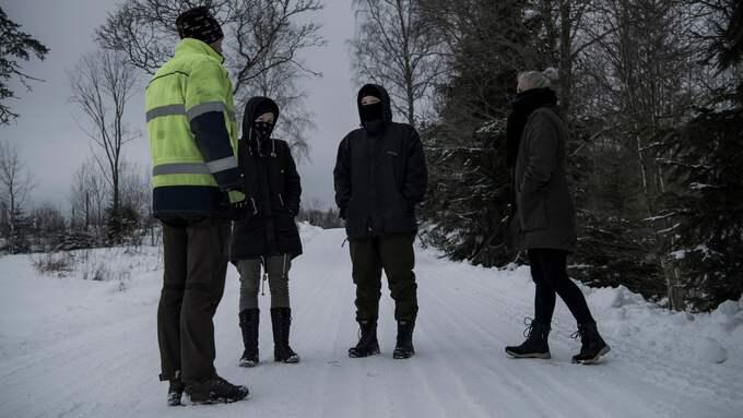 Några dagar efter att licensjakten på varg avslutats möttes tre aktivister och en jägare upp i skogarna utanför Köping för att prata om händelserna i januari. Foto: ALEX LJUNGDAHL