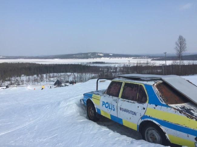 <span>Skidåkning vid polcirkeln. Svanstein Ski heter skidanläggningen som ligger nära finska gränsen, 35 kilometer norr om Övertorneå. En gammal polisbil har blivit hopp och räcke i skidbacken. <br></span>