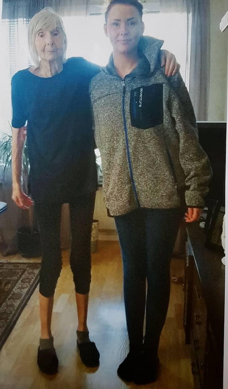 Karin vägde 42 kilo när hon dog. Här står hon bredvid barnbarnet Pauline. Foto: Privat