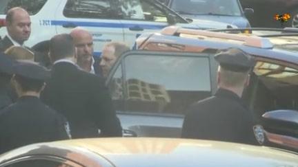 Här överlämnar sig Weinstein till polisen