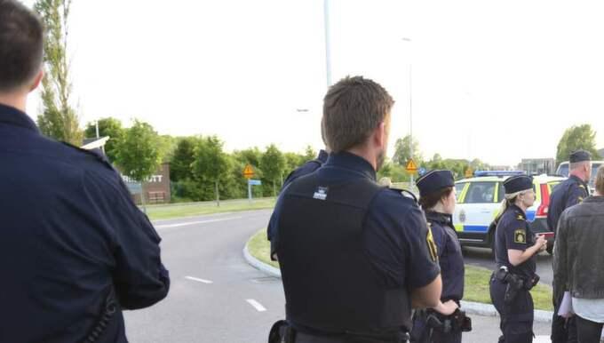 Ett gäng beväpnade män har dykt upp utanför asfaltsläggarnas läger vid gamla Åby camping. Polisen kom till platsen vid 21-tiden.