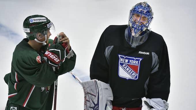 Lundqvist och Frölundas amerikanske forwardsstjärna Ryan Lasch. Foto: Tommy Holl / IBL