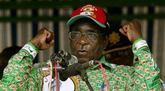 Samtidigt som Zimbabwes president Robert Mugabe började jaga oppositionella rullade de svenska biståndsmiljonerna in i hans kassakista. Foto: AP