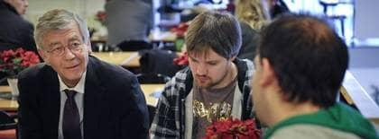 Fredrik Neij, i mitten, jobbade med Pirate Bay-sajten från rättssalen. Foto: SCANPIX