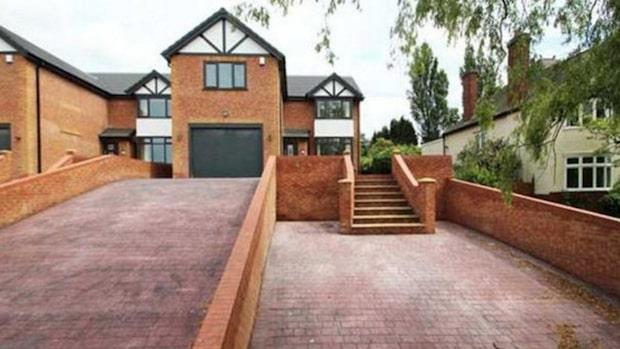 Huset ligger ute till salu på nätet – nu skrattar grannarna åt den galna missen