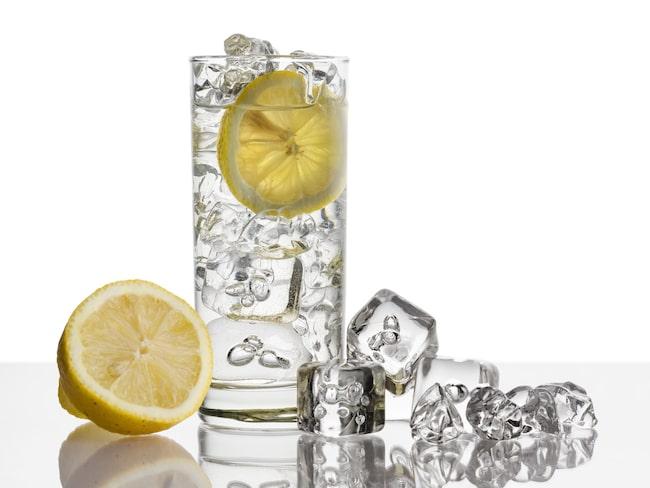 Citronvatten är både gott och nyttigt. Men det finns anledning att vara försiktig på restaurang.