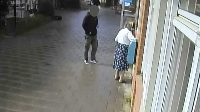 På övervakningsfilmer från bankomaten – som Brottscentralen har tagit del av – ser man hur en av männen traskar runt i bakgrunden, medan Ulla tar ut pengar.