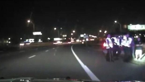 En grupp poliser står vid vägkanten – då kommer rattfylleristen