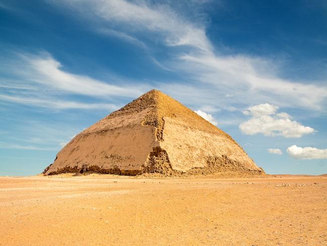 "Den ""böjda"" pyramiden sticker ut bland Egyptens monument."