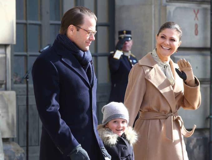 Kronprinsessan Victoria under söndagens namnsdagsfirande, här med prins Daniel och prinsessan Estelle. Foto: Willi Schneid/Rex/Shutterstock / WILLI SCHNEID/REX/SHUTTERSTOCK/I REX FEATURES