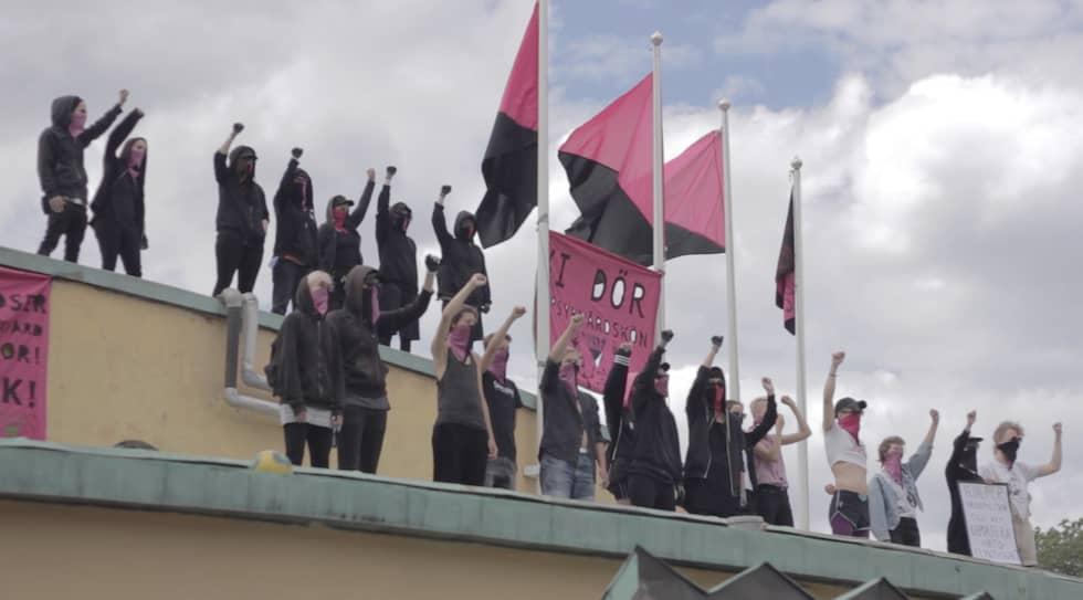 Ett 20-tal maskerade rosa-svarta under en aktion under West Pride tidigare i år. Foto: Josephine Freje