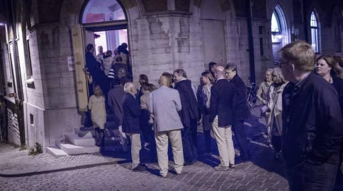 Nuvarande och före detta ministrar köade utanför gamla sparbankshuset. Foto: Karl Melander