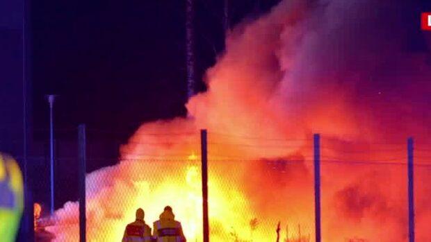 Explosion i Norrköping vid idrottshall: Bilar brinner kraftigt