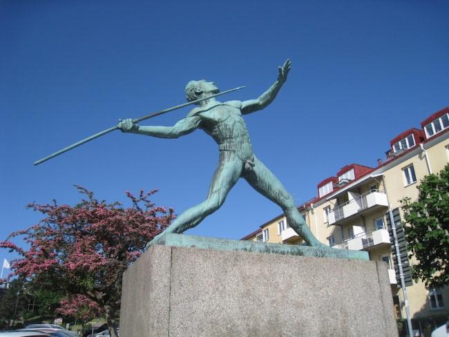 """<span>Skulpturen <a href=""""https://commons.wikimedia.org/wiki/File:Carl_Fagerberg,_Spjutkastaren_(1939)_i_brons,_Sundbyberg,_2018a.jpg#/media/File:Carl_Fagerberg,_Spjutkastaren_(1939)_i_brons,_Sundbyberg,_2018a.jpg"""" target=""""_blank"""">Spjutkastaren</a> hamnade i Sundbyberg efter att Stockholms skönhetsråd protesterat mot att ställa den utanför Stockholms stadion.</span>"""