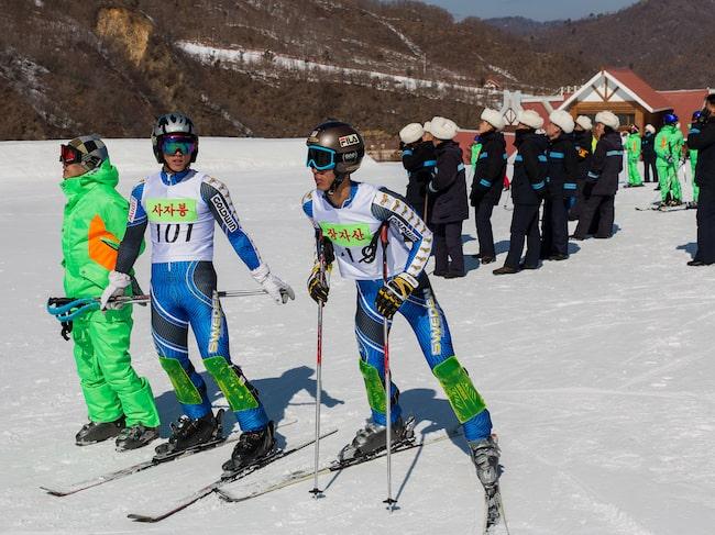 Nordkoreas alpina landslag tränar i Masikryong – med svenska landslagsdräkter.