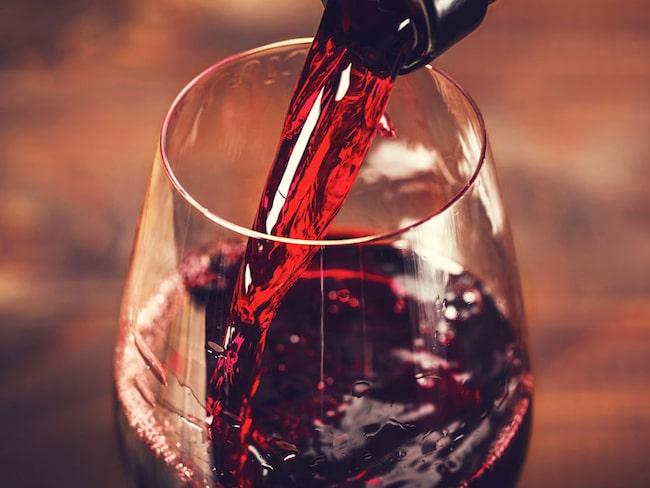 Trenden är att vi betalar lite mer för en flaska vin på Systembolaget.