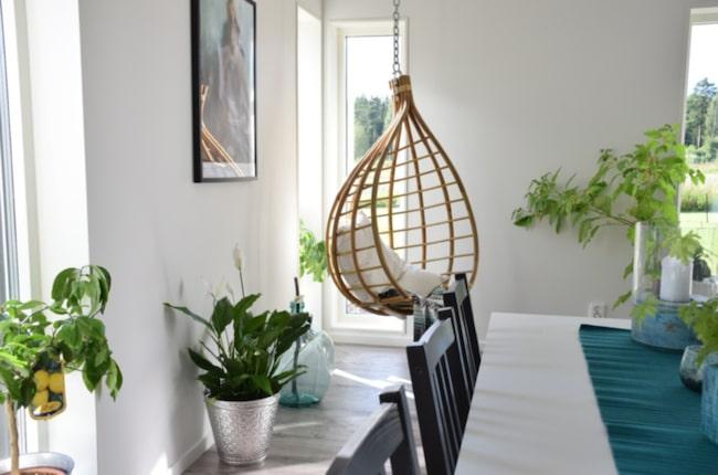 Häng. Den inbjudande hängstolen i taket kommer från Broste Copenhagen.