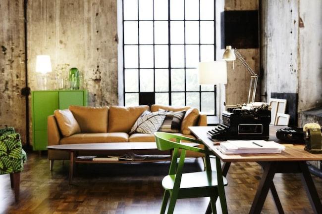 Tresitssoffa i skinn,  14 995 kronor. Soffbord av valnötsfaner, 1 995 kronor. Grönt skåp, 2 995 kronor. Matbord, valnötsfaner, 5 995 kronor. Grön stol, 1 495 kronor.