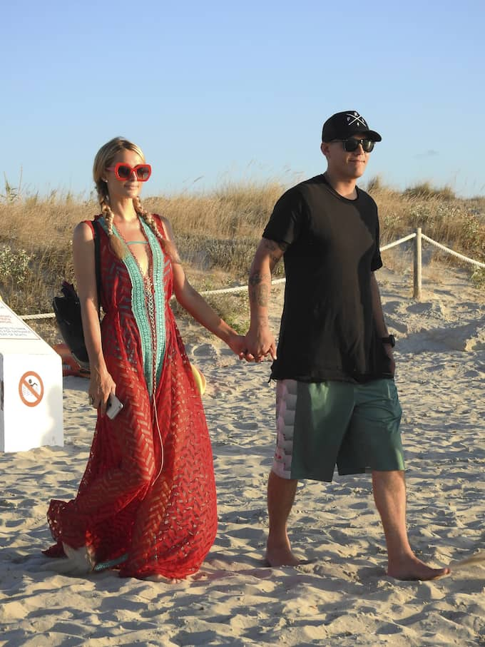 Paris Hilton och Chris Zylka går hand i hand. Foto: LAGENCIA GROSBY / STELLA PICTURES