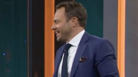David Hellenius kan inte hålla sig för skratt när han hör den klassiska repliken. Foto: TV4.