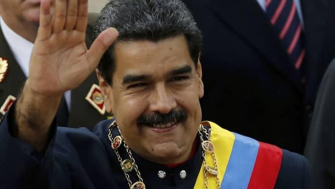 President Nicolas Maduro sträcker ut en hand till Dpnald Trump. Foto: ARIANA CUBILLOS / AP TT NYHETSBYRÅN