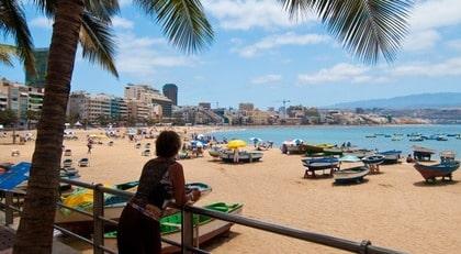 Las Canteras - playan mitt i Las Palmas. En fyra kilometer lång happening under dygnets ljusa timmar.