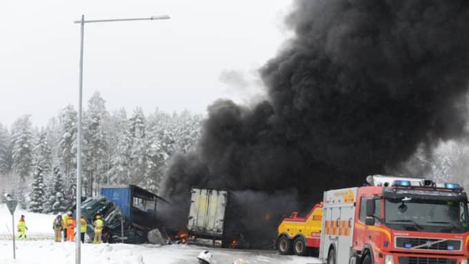 Två lastbilar började brinna efter fredagens kollision vid södra infarten till Åmål på E45:an. Båda förarna fördes till sjukhus men det kunde varit värre om inte Greger Emilsson gripit in. Foto: David Hårseth