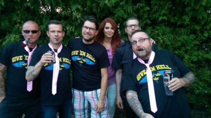 """I helgen hade SD-ledaren Jimmie Åkesson och hans fru Louise Erixon, SD-politiker i Sölvesborg, kräftskiva. På festen spelade bandet Ultima Thule med ett förflutet på vitmaktscenen. """"Jag känner bandmedlemmarna personligen och de är inga rasister"""", säger Louise Erixon. Foto: Louise Erixon"""