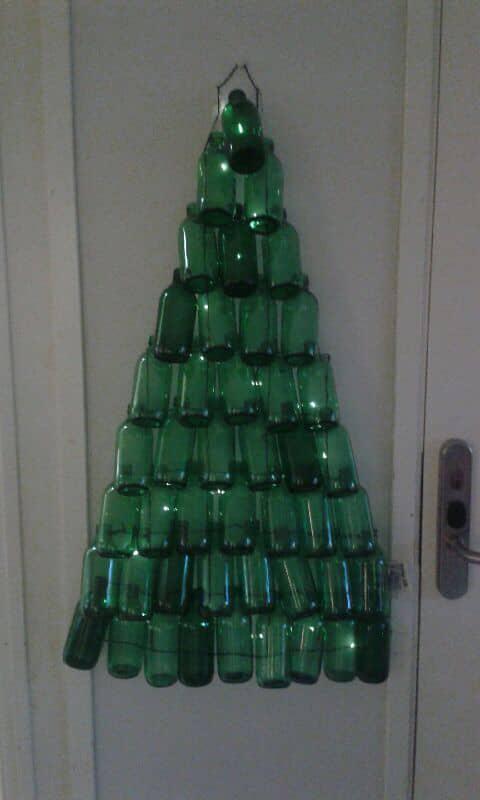 Ett önskemål var att göra en gran av glasflaskor. Foto: Privat