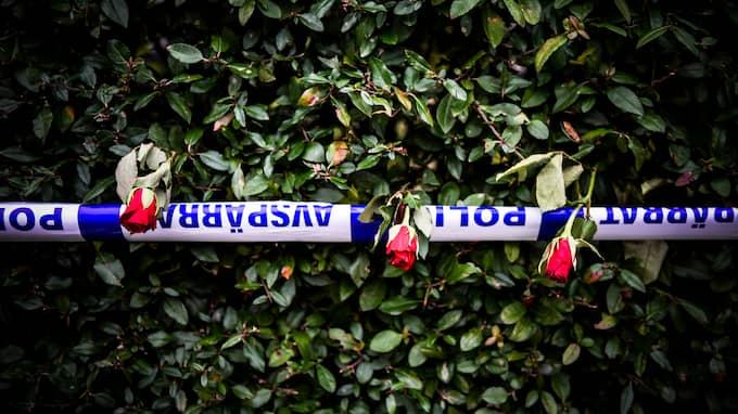 Många har lämnat blommor vid huset. Foto: JENS CHRISTIAN