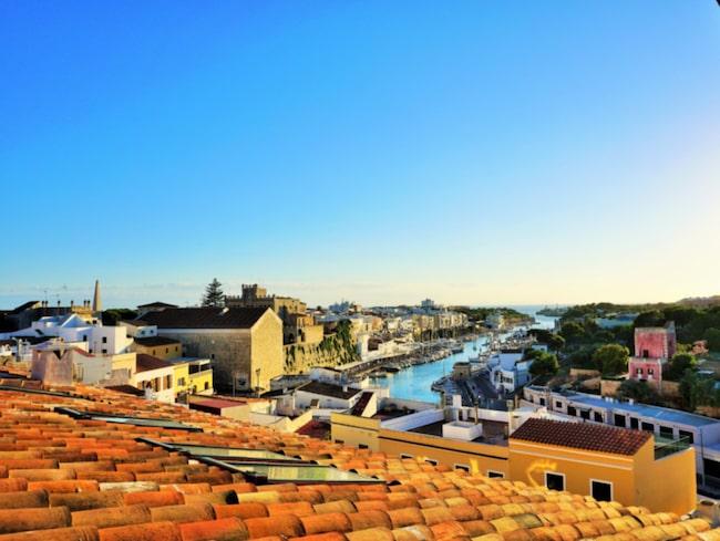 På Menorca har det konstaterats att öns infrastruktur och vattentillgång inte klarar mer än 200 000 besökare per dag.