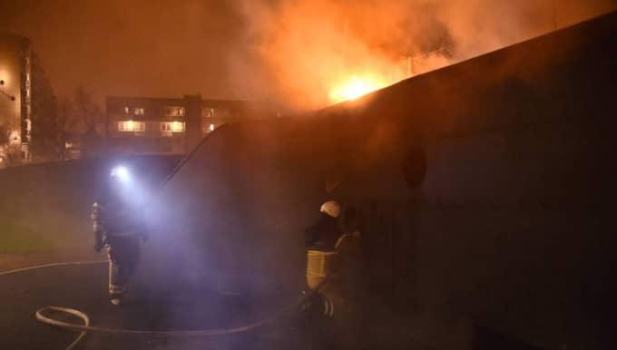 Bollplanket som omgärdar fotbollsplanen Zlatan Court i Malmöstadsdelen Rosengård fattade eld under nyårsnatten. Foto: Patrick Persson
