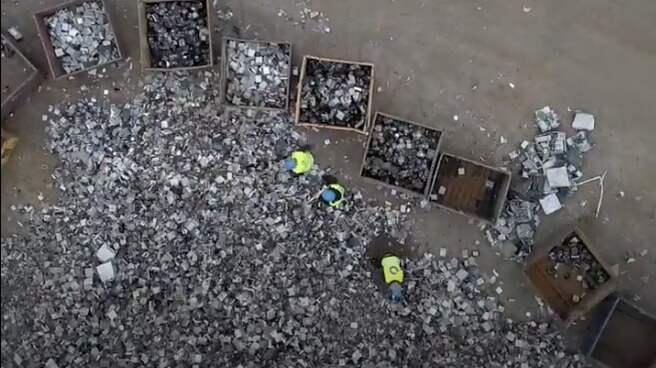 Fyra kartonger med några tusen granater i varje levererades till Samhalls lokal i Nyköping. Utan att innehållet kontrollerades fick de anställda montera isär granaterna. Foto: David Lundmark/Dagens Arbete