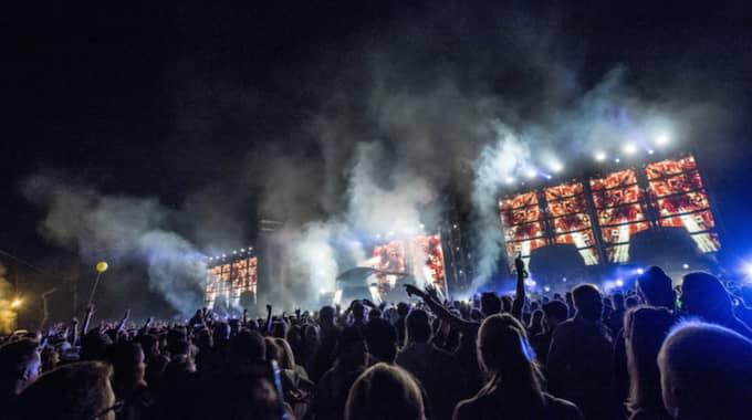 Efter konserten stannade Avicii kvar bakom scenen med familj och vänner fram till 4-tiden på morgonen. Foto: (C) Pelle T Nilsson / (C) PELLE T NILSSON/STELLA PICTU STELLA PICTURES